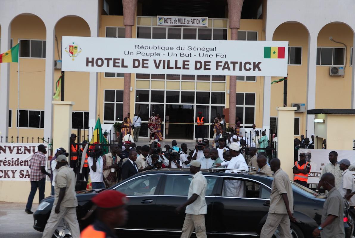 Inauguration de l'Hôtel de ville de Fatick : Le service protocolaire interrompt la prestation des griots, Macky leur demande de continuer