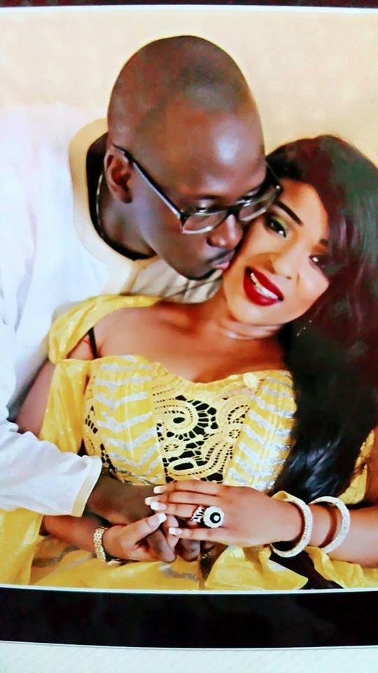 Mado irresistible à son mari qui l'embrasse sur cette photo! Regardez