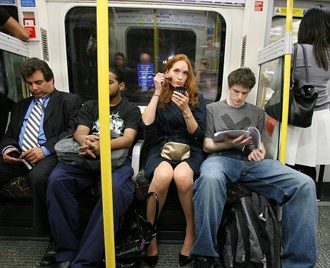 Il lui fait une remarque dans la métro, à cause de sa jupe trop courte... C'était sans compter sur une vieille dame qui se trouvait à côté ! Elle l'a vraiment remis à sa place...