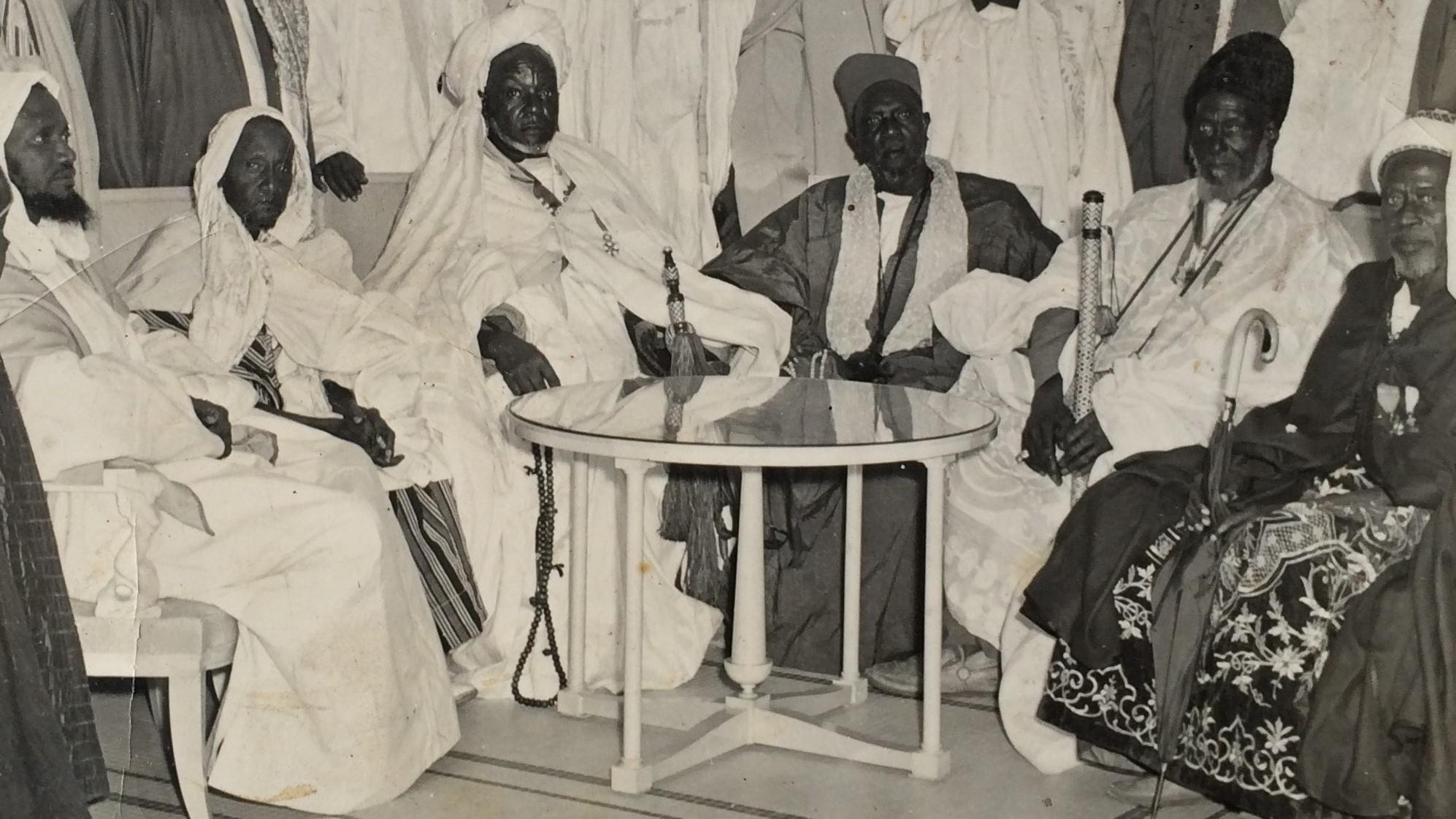 De droite à gauche Mousse Diop (Serigne Ndakarou), Alieu Coudou Ndoye (Jaraf),  Mbor Diagne (Ndeye Dji Reew), Ibrahima Diop (Serigne Ndakarou), Babacar Thiaw Laye, Amadou Lamine Diene (Imam Ratib)
