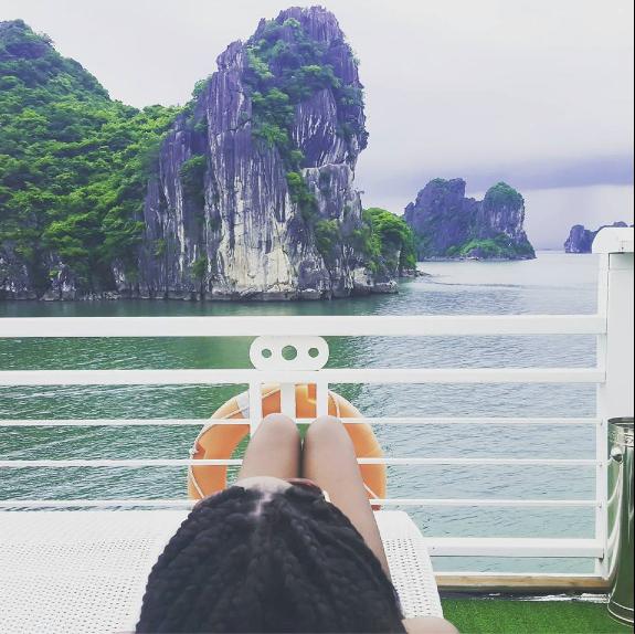 Adama Paris se la coule douce à la Baie d'Ha Long, au Vietnam