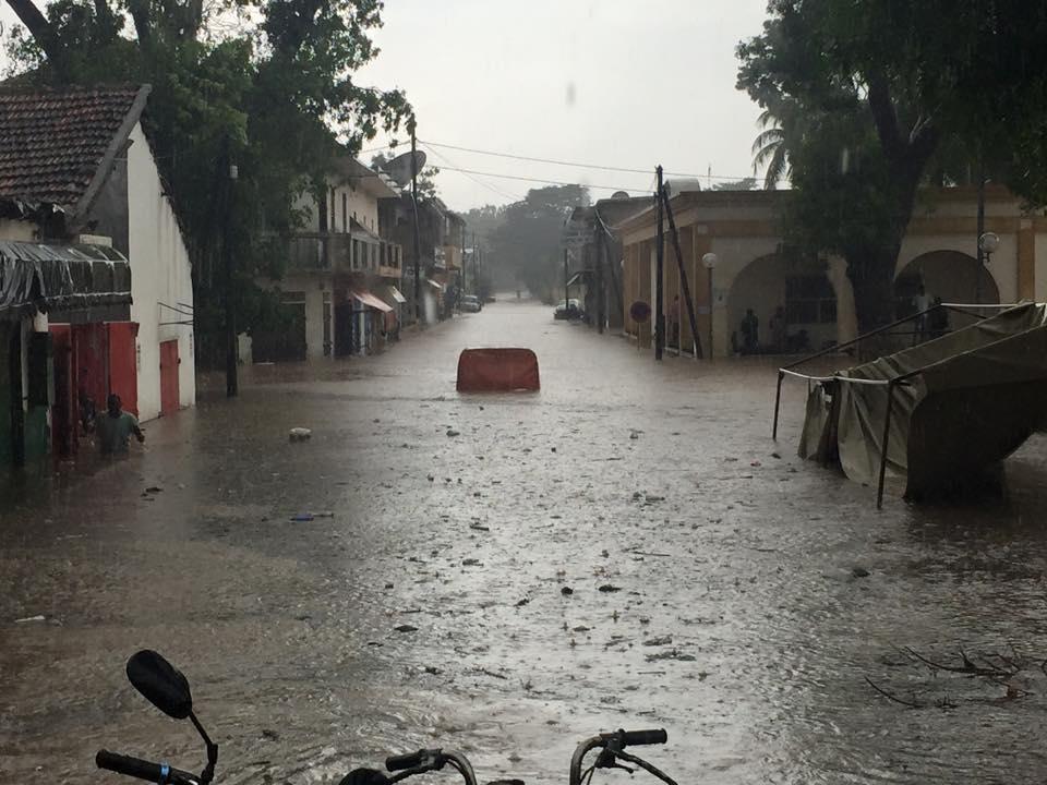 Vidéo: Un Toubab sauvé in extremis des inondations à Thiès, Les thièssois tendent la main à leur Président Macky Sall pour régler le problème  Regardez: