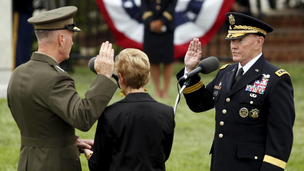 Le général Dunford (G) face à son prédécesseur, le général Dempsey (D), lors de sa prestation de serment, le 25 septembre 2015 à Arlington.