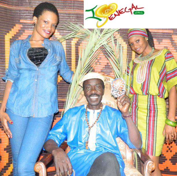 Souleymane Faye prend la pose avec le groupe Rafa de Saint-Louis