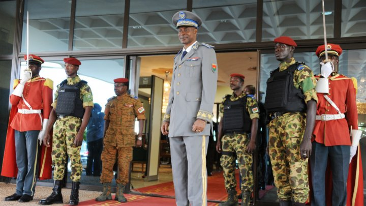 Le gouvernement du Burkina Faso tente d'obtenir la reddition du général Diendéré