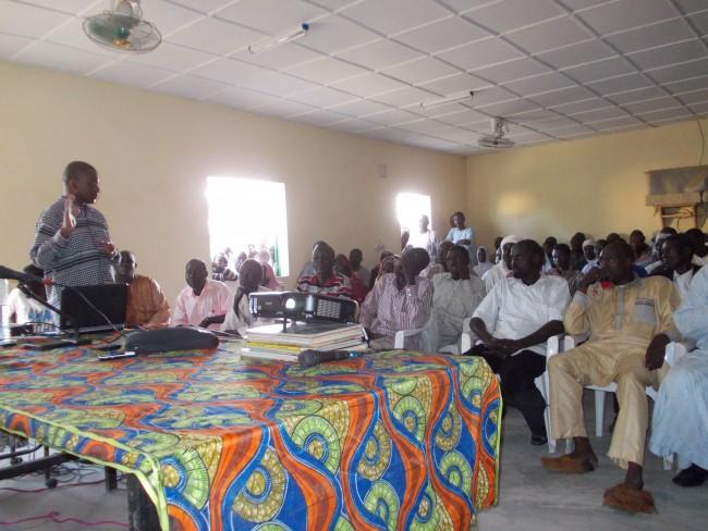 Projection publique à Mongo, Centre du Tchad. La plupart des participants voyaient pour la première fois des images du procès Habré.