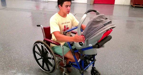 À 16 ans, il change la vie d'une maman handicapée et désespérée en inventant une chaise roulante vraiment spéciale !