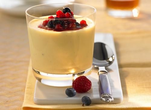 Crèmes au chocolat blanc et aux fruits rouges