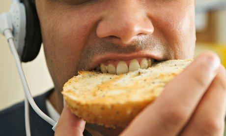 Vous ne supportez pas les gens qui font trop de bruit en mangeant ? Il est fort probable que vous soyez un génie créatif !