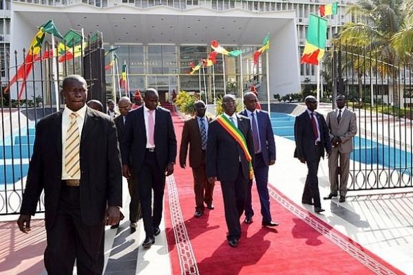 Crise des institutions ou crise de responsabilités des hommes politiques dans l'Hémicycle