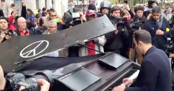 Un inconnu a ramené son piano à queue jusqu'au Bataclan pour rendre un poignant hommage aux victimes... Aucun mot n'est assez fort.