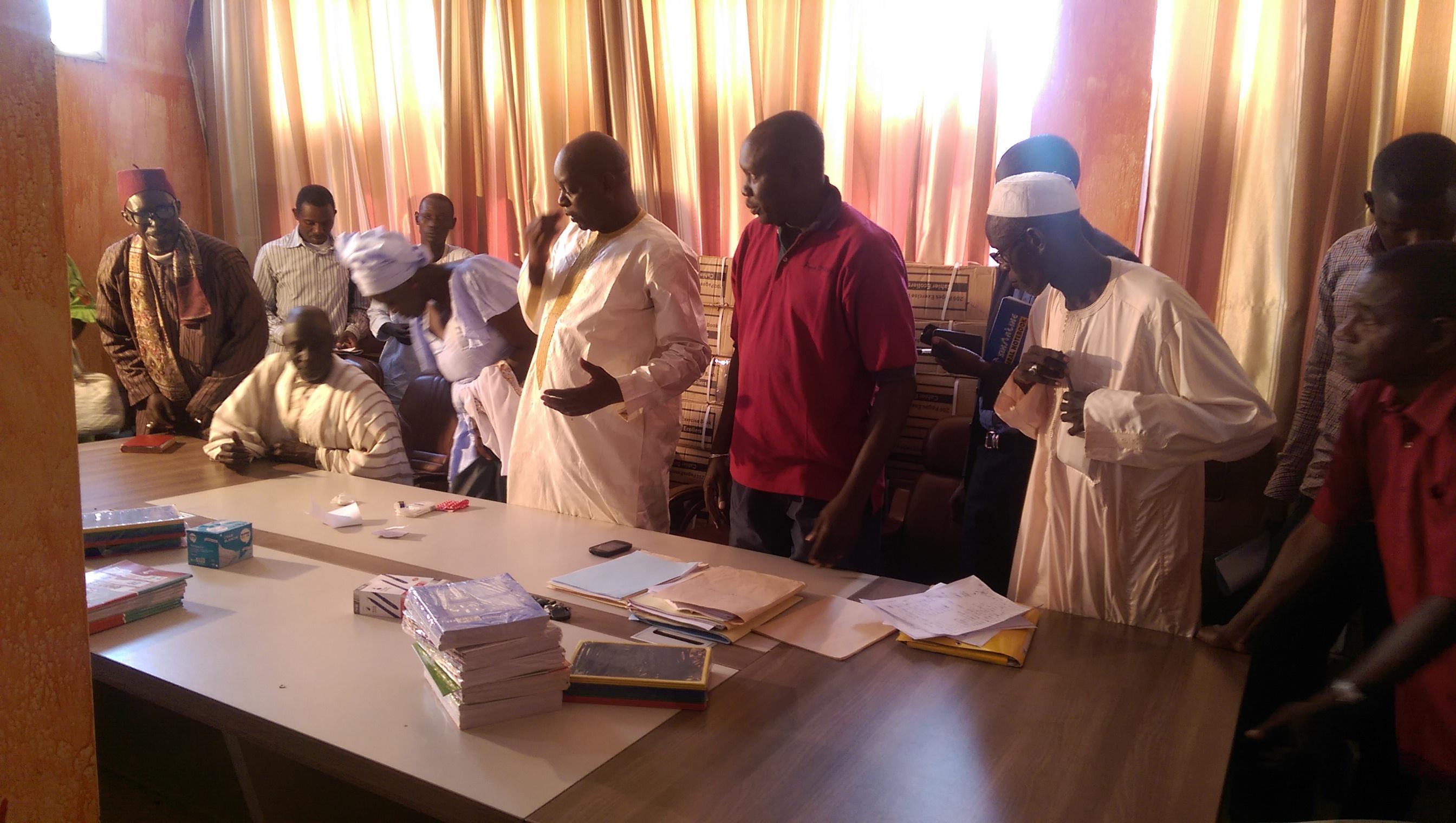 """Distribution des fournitures scolaires : """"Nous voulons que les meilleurs cadres de ce pays soient de Bambilor"""" (Ndiagne Diop, maire Bambilor)"""
