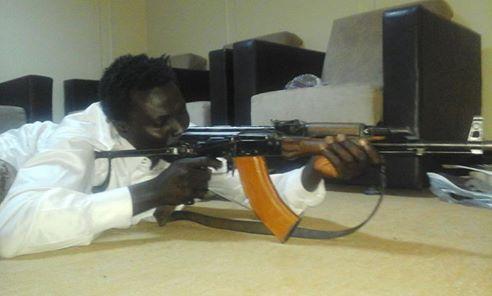 Exclusif ! Le djihadiste sénégalais Abdourahmane Mendy réapparaît avec une arme et expose son fils