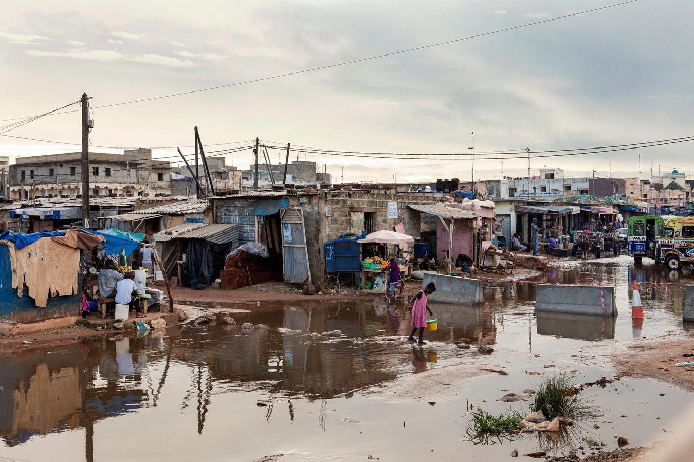 Sur les 13 millions d'habitants que compte le Sénégal, 43% vivent en périphérie de Dakar, où les maisons sont souvent construites sans autorisation.