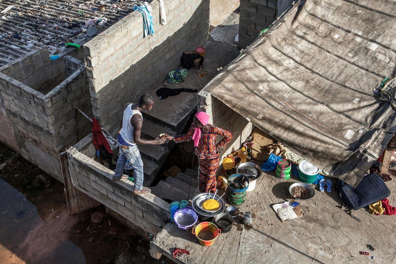 Drame familial à Thiaroye. Face à la montée des eaux, Aida et sa famille doivent se réfugier sur le toit. Elevant seule ses enfants, cette mère de famille n'a pas les moyens de régler la facture pour pomper l'eau. Elle va devoir quitter sa maison.