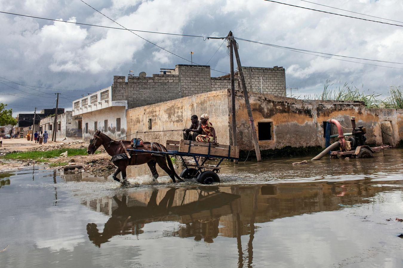 Dakar, la capitale du Sénégal, sous les eaux : chaque année à la saison des pluies, de juillet à septembre, les rues de la proche banlieue se transforment en fleuve.
