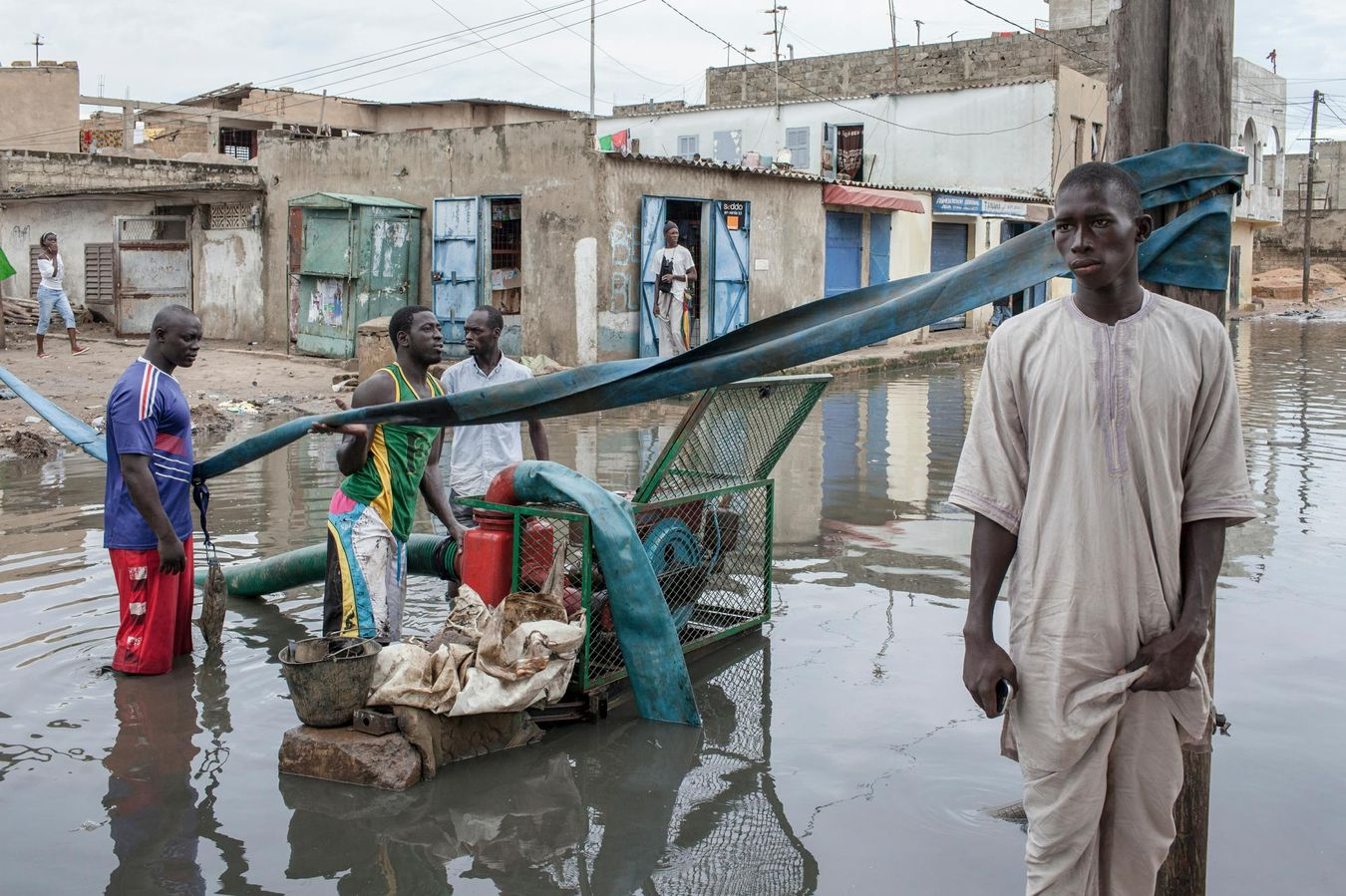 Dans les zones périurbaines, la croissance rapide de la population et les cités construites illégalement ajoutent au chaos pendant la saison des pluies, de juillet à septembre. La Banque mondiale estime à 40% la proportion de maisons qui ont été construites dans des zones à risques.