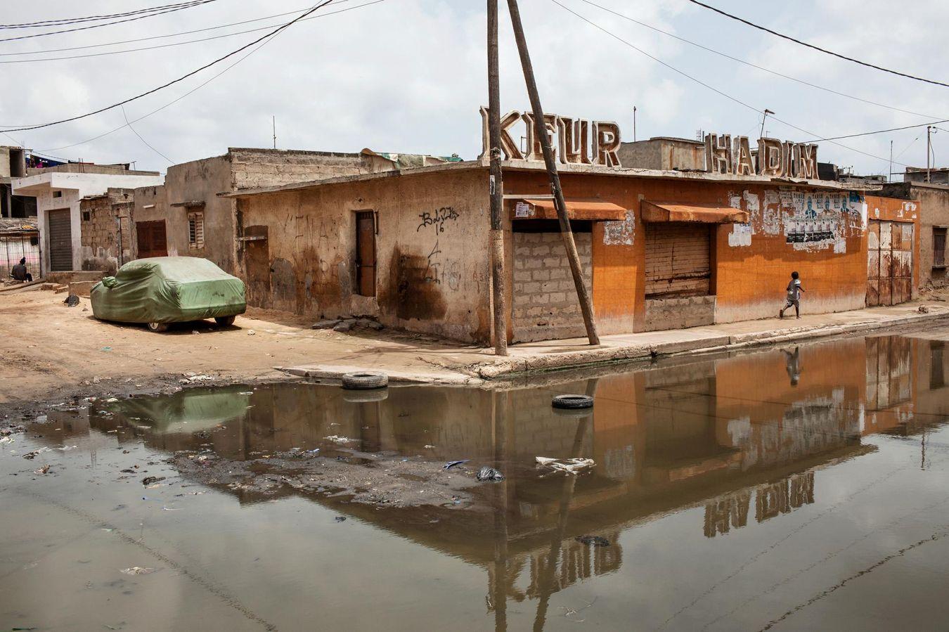 En wolof, «keur» signifie «maison». On le prononce comme le mot français «cœur».Touchés par les crues, les keurs dakaroises sont fissurées, source de malheur, puisque les habitants se retrouvent sans un toit sûr et confortable.