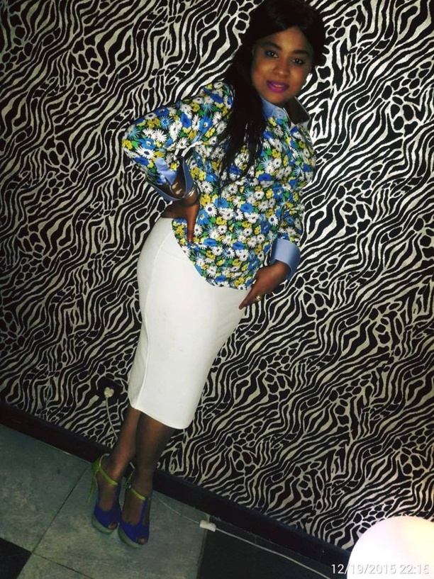 Dolce Monteiro divine en jupe blanche