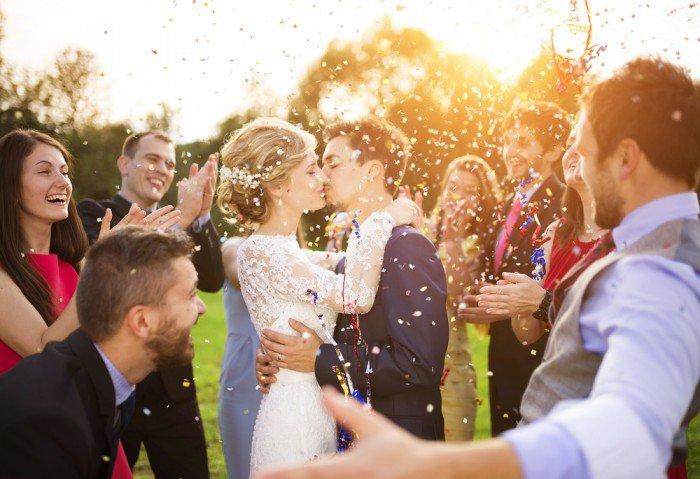 Une entreprise se propose de payer votre mariage. Mais si jamais vous divorcez, l'addition sera TRÈS salée !