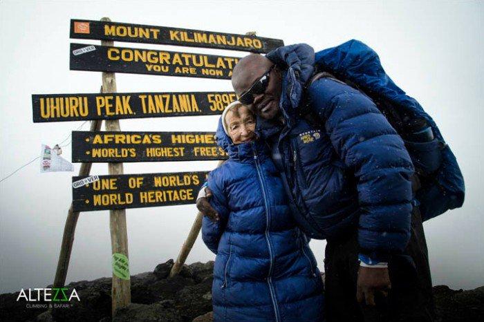 À 86 ans, elle gravit le Kilimandjaro et bat un record mondial pour rendre hommage à sa soeur décédée !