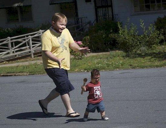 Les photos de ces parents avec leurs enfants vont vous faire flipper... Normal : les visages ont été inversés !