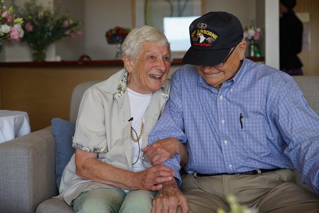 Un vétéran de la seconde guerre mondiale retrouve son amour de jeunesse, 70 ans après