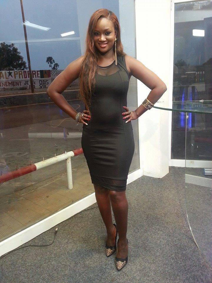 Adja Astou dans une robe qui moule ses formes à la perfection