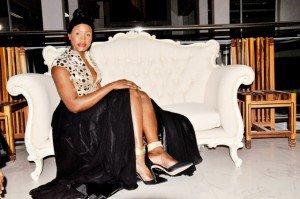Binta Goudiaby dévoile ses magnifiques jambes dans une robe fendue tendance et sexy !