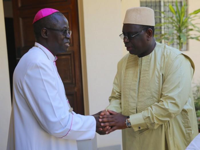 Visite chez l'Archevêque de Dakar : Le Président Macky Sall offre un million à une dame qui l'attendait à sa sortie