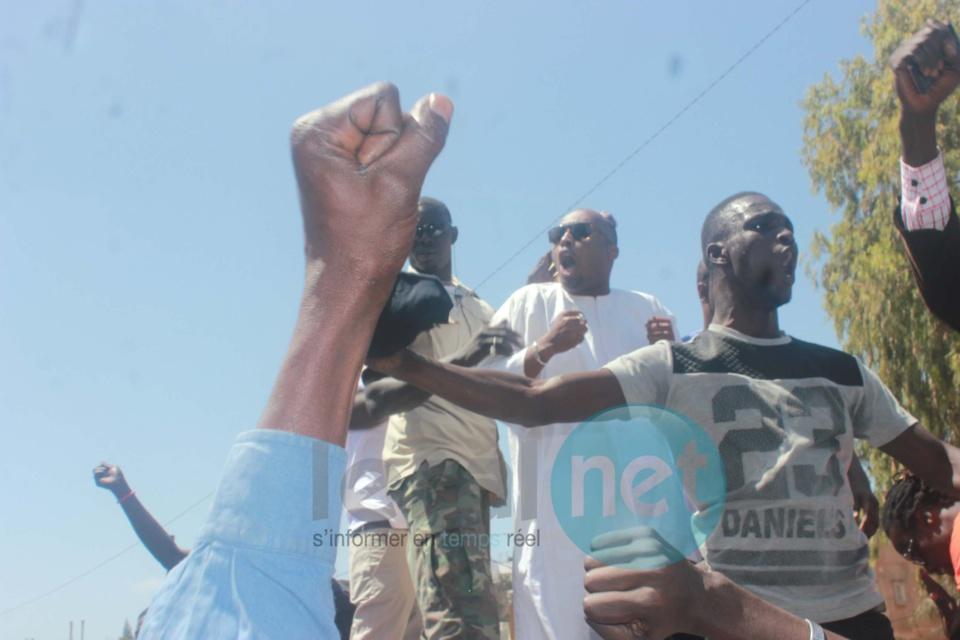 Photos - Manifestation de soutien devant le siège du groupe Walfadjri