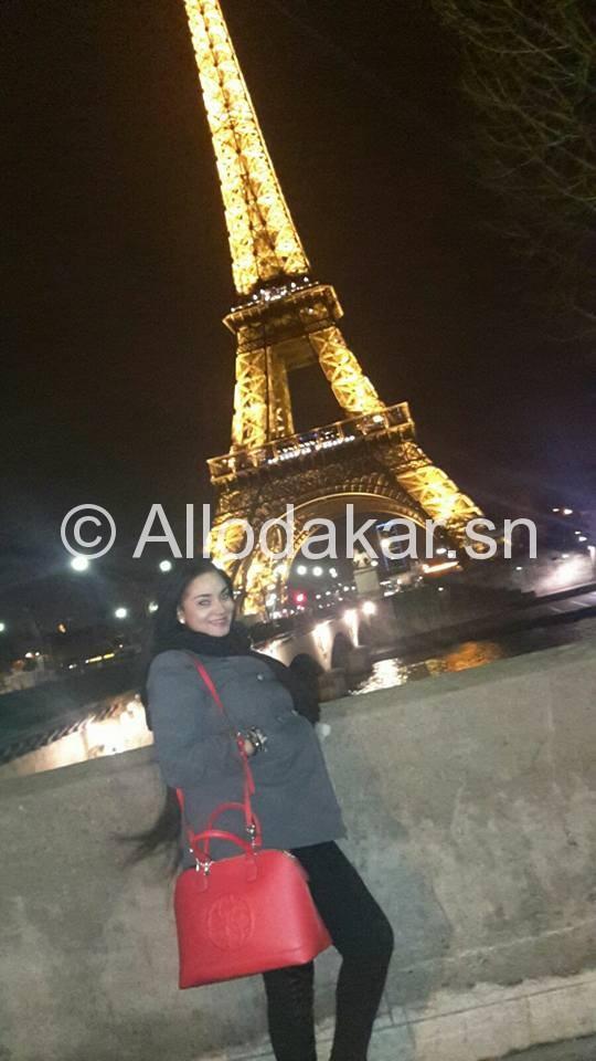 Thioro Balbaky pose devant la Tour Eiffel