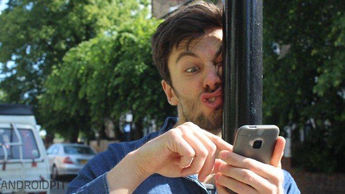 12 choses inévitables qui nous arrivent forcément quand on a un ami complètement accro à son smartphone !