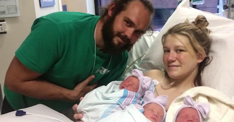 Une mère et un père posent pour une photo. Mais les médecins remarquent quelque chose d'inhabituel sur le visage de leurs trois bébés.