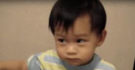 Alors que son père le filme, il est totalement calme. Soudain, il explose!