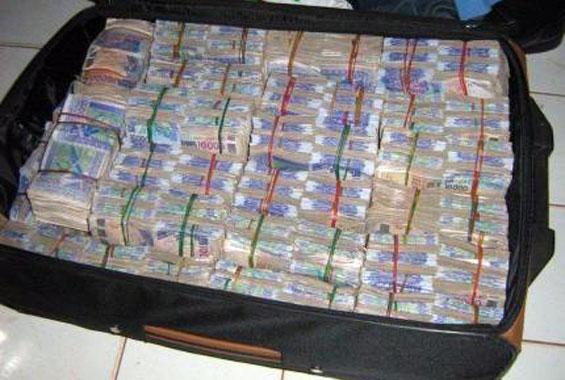 Golf Sud : Un gamin vole une mallette d'argent à son papa avant de distribuer la manne aux voisins