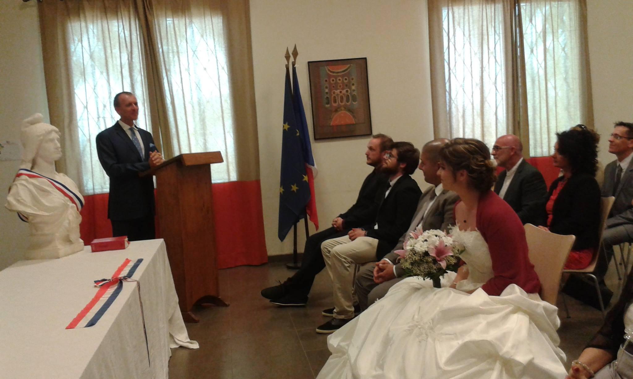 Le Consul général de France à Dakar Olivier Serot Almeras  a célébré ce jour deux mariages, longue vie aux mariés !