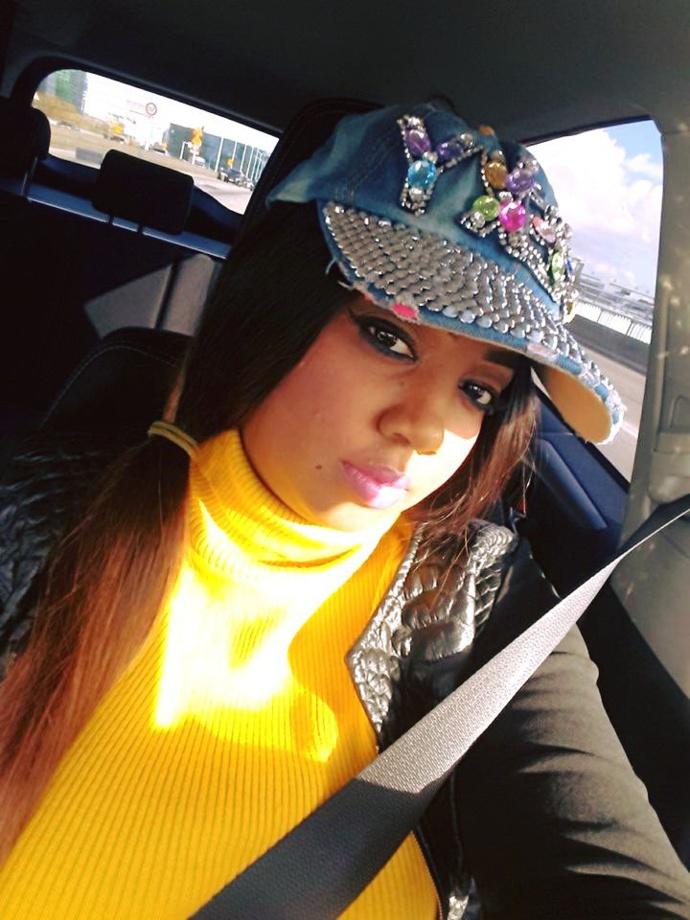 Aïcha Diouf, adorable au volant de sa voiture