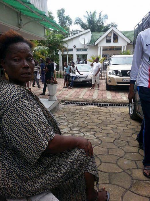 Photos: La femme de Papa Wemba effondrée d'apprendre la mort de son mari