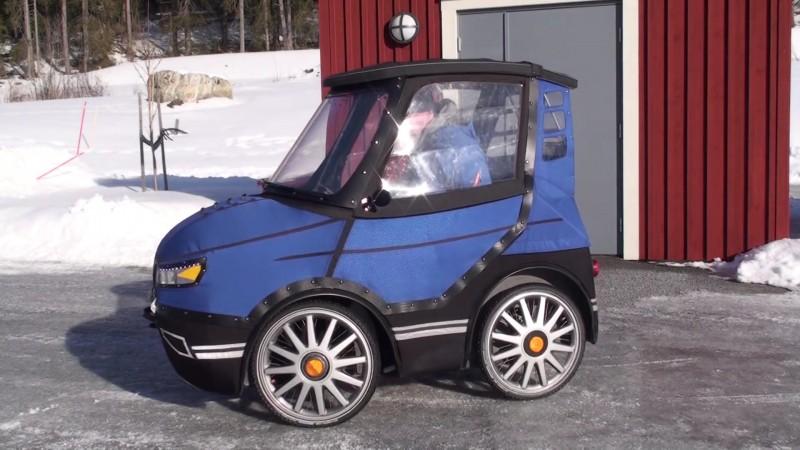 c est la plus petite voiture du monde mais regardez ce qui se passe lorsqu il ouvre les portes. Black Bedroom Furniture Sets. Home Design Ideas