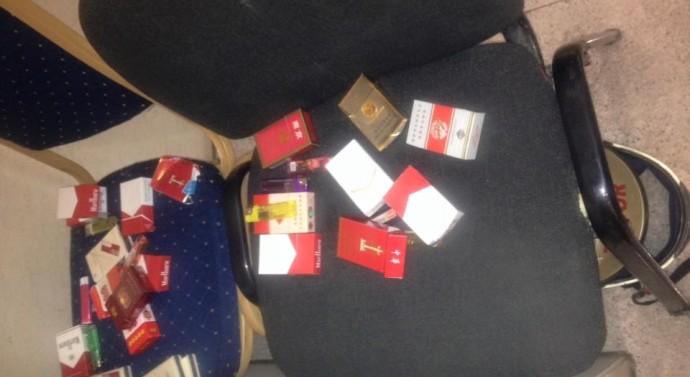 Leçon de discipline des Chinois au Grand Théâtre : Paquets de cigarettes et briquets laissés à la porte jusqu'à la fin de la soirée
