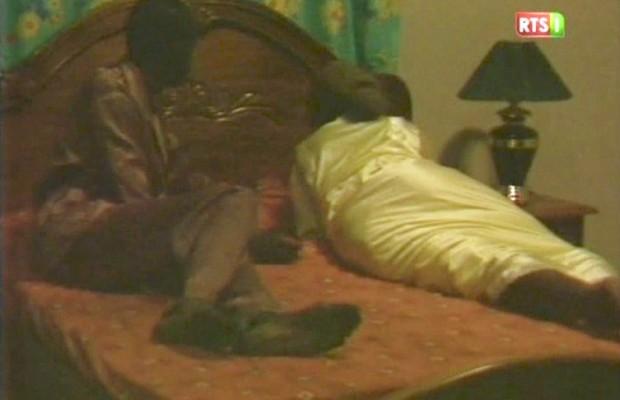 Engrossée par son amant, l'épouse de l'émigré se débarrasse de son nouveau-né dans un…
