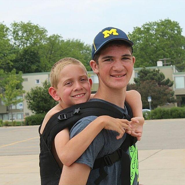 Pendant 180 kilomètres, il porte son petit frère handicapé sur le dos. Quand vous comprendrez pourquoi il a fait ça...