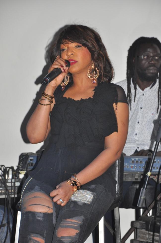 Viviane Ndour en mode jean déchiré