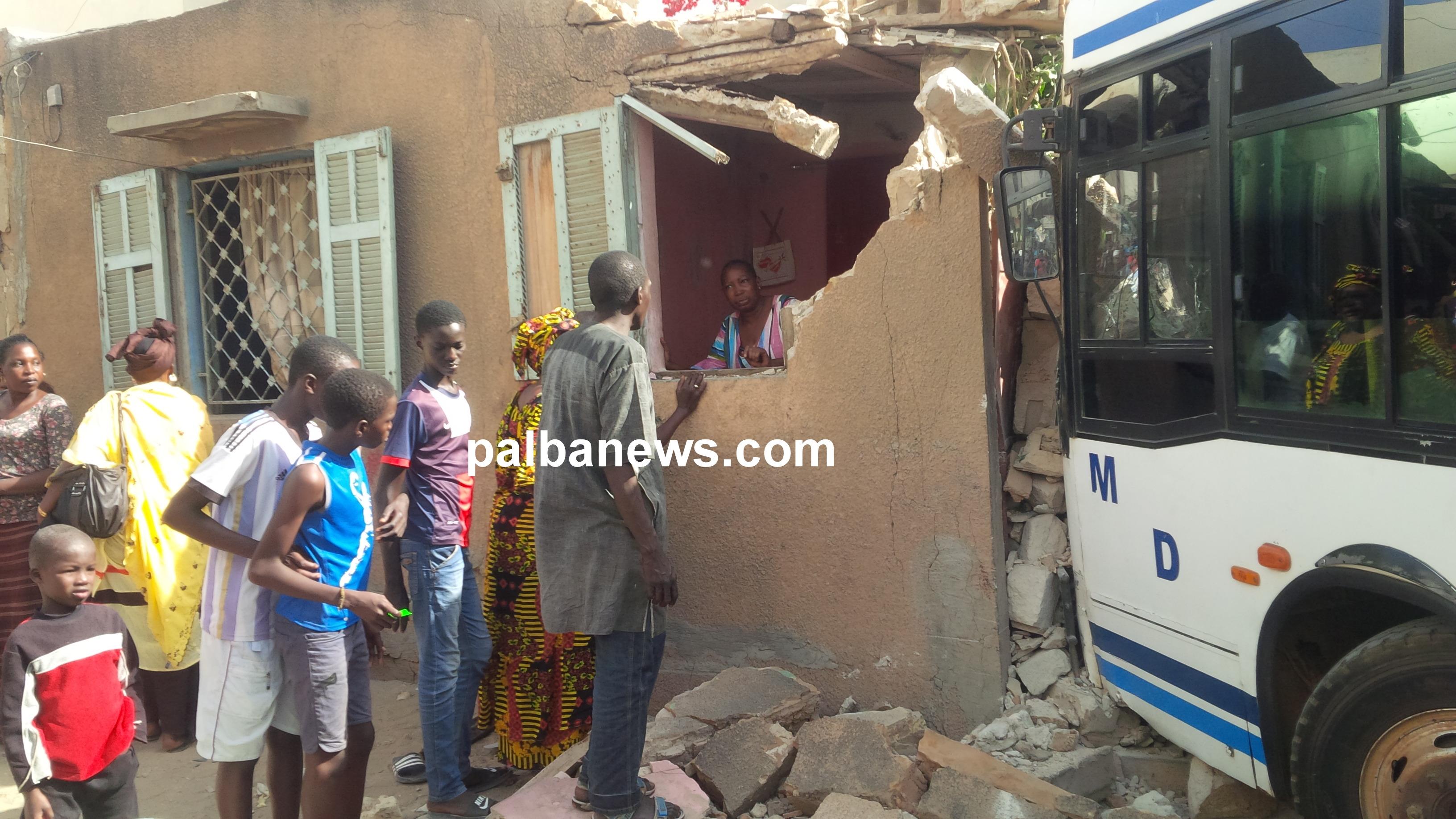 Accident à Pikine rue 10 : Un bus tata fonce dans une maison