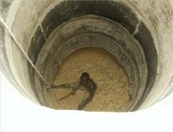 Voulant fuir après avoir accompli son forfait : L'agresseur termine sa course au fond d'un puits