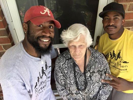 Ces 2 hommes regardent leur voisine de 93 ans dans son jardin. Ce qu'ils voient leur brise le coeur, alors ils décident d'agir.