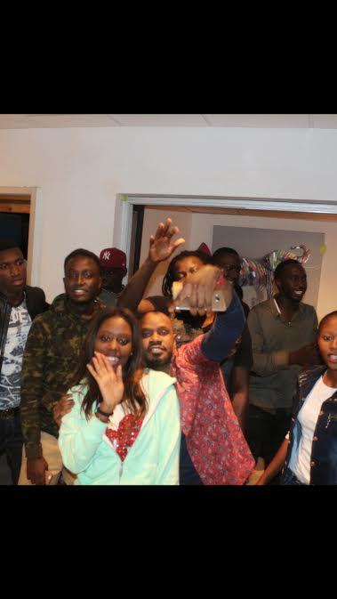 Baba Hamdy en mode selfie avec ses fans