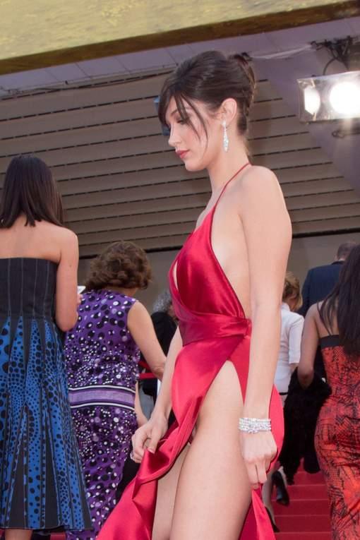 Photos Cannes - On s'y attendait : Bella Hadid en montre beaucoup trop