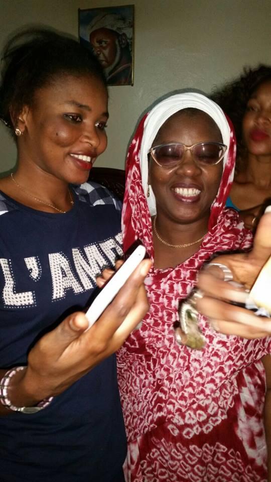 Soumboulou et son fan club rendent visite à Ndèye Khady Sy, du téléfilm « Ibra Italien» Découvrez ce qu'ils lui ont apporté